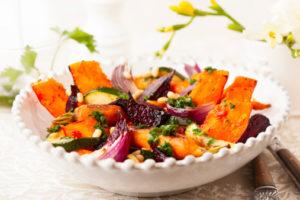 Ensalada de zanahoria asada al curry con pasas y piñones