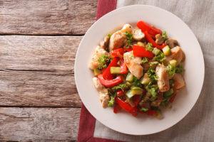 Ensalada tibia de pollo con pimientos y espinacas