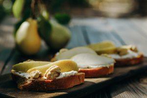 Tostadas de ricota, pera y nueces