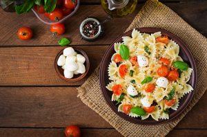 Lacitos con tomates cherry, mozzarella, nueces y albahaca